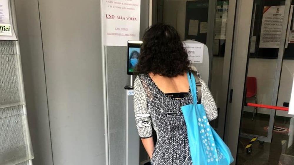 I libri della biblioteca 10 giorni in quarantena, video scanner per misurare la temperatura agli ingressi del municipio